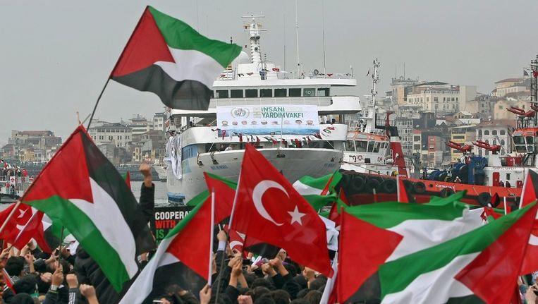 Turken zwaaien met Turkse en Palestijnse vlaggen als de vloot in 2010 terugkeert in Istanboel. Beeld epa