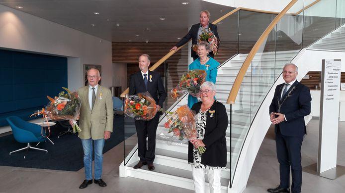 De nieuwe lintjesdragers. (Vlnr) Albert Eshuis, Wim van der Elst, Jan Oosterveld, Ria Perik, Jeanette Tijhof en burgemeester Arjen Gerritsen.