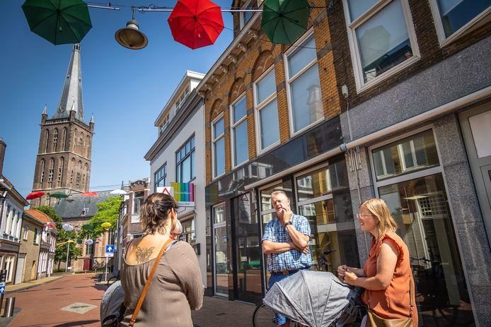 Harry Renting van Duurzaam Steenwijkerland informeert nu nog mensen op straat, maar heeft binnenkort een infopunt in het centrum van Steenwijk.