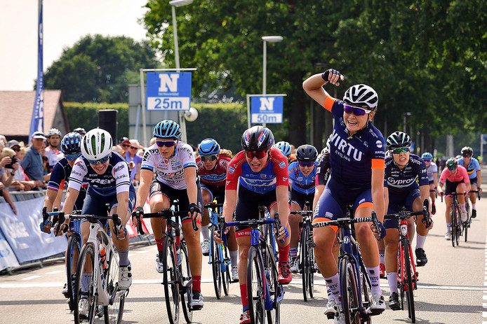 BeNe ladies tour finisht in de Wouwbaan. Kristina Sigard(r) finisht als eerste