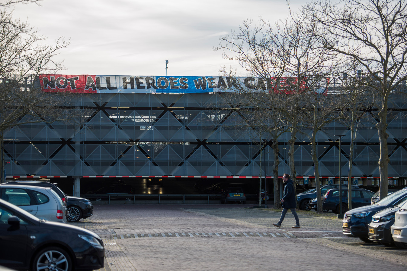 """Om het zorgpersoneel te eren hebben PSV supporters een spandoek met """"Not all heroes wear capes"""" opgehangen bij de parkeergarage naast het Catharinaziekenhuis"""