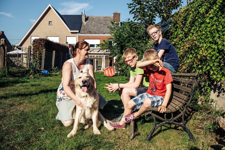 Indra De Braekeleer met haar kroost.Met een nettoloon van 1.650 euro moet ze haar gezin onderhouden. Beeld Thomas Nolf