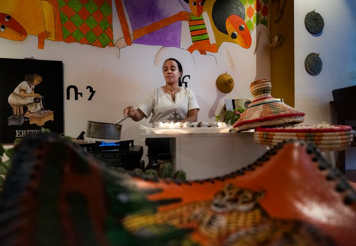 Gastvrouw en eigenaresse Makda van restaurant Asmara in de 'koffie-corner'.
