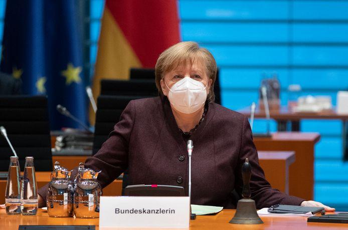 Bondskanselier Angela Merkel tijdens de kabinetsvergadering voorafgaand aan het overleg met de deelstaatleiders.