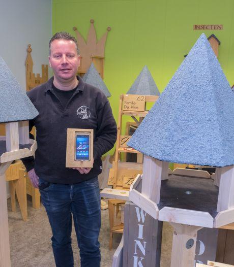 Bart is apetrots op de zelfgemaakte houten menukaart van z'n cliënten: 'Ik wil mensen helpen die het moeilijker hebben'