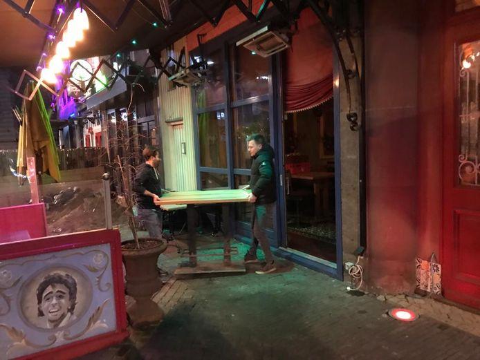 De tafels bij Gringo's in de Grutstraat worden binnen gezet.