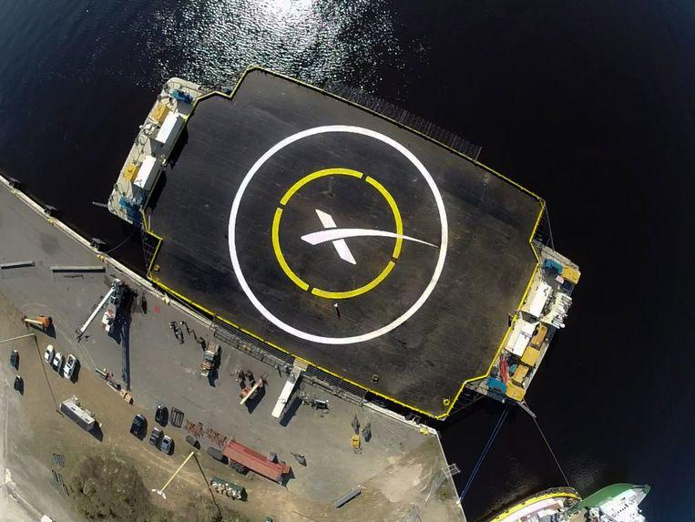 Het drijvende platform is driemaal zo breed als de raket. Beeld AFP