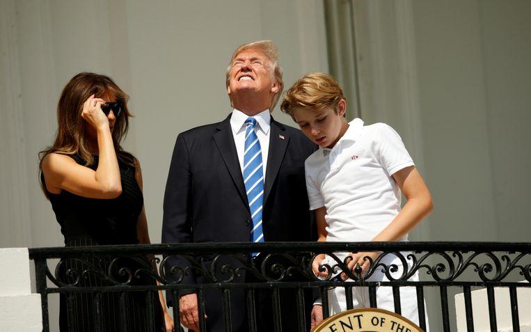 Niet zonder brilletje naar de zon kijken, Donald. Beeld REUTERS
