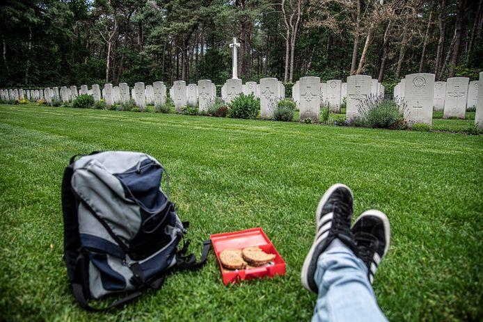 Het Valkenswaard War Cemetry. Iedereen had Arnhem voor ogen. Maar wie al omkwam bij de bevrijding van deze paar kilometer, bleef hier achter.