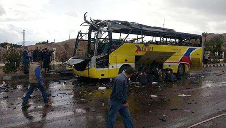 Een toeristenbus in Sinaï werd zondag getroffen door een explosie. Daarbij vielen verschillende doden en tientallen gewonden. Beeld ANP