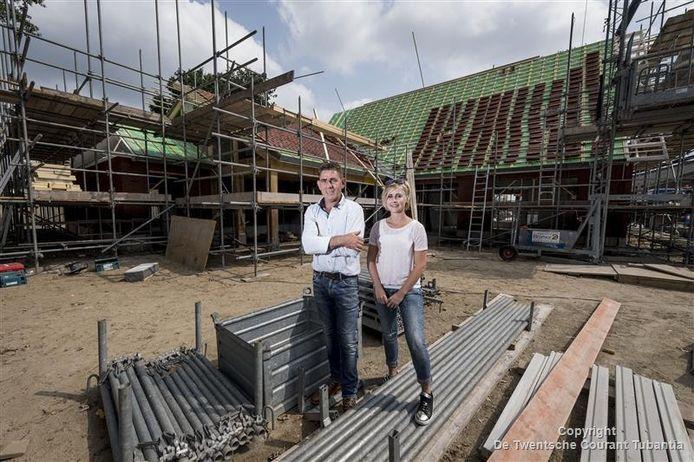 """Clements Tijhuis en Paola Snijders tussen de nieuwbouw. """"Ik heb gezocht, maar ik heb nog niet elders een dagbesteding en een kleinschalige woonvorm op één erf gevonden."""""""