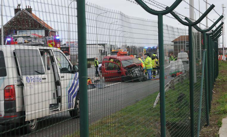De Renault Kangoo werd tot schroot herleid.