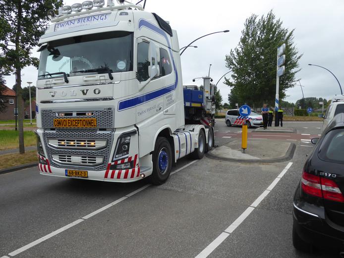 De vrachtwagencombinatie die aan 'de grond is gelopen' op de rotonde bij de Kleine Aarde in Boxtel.