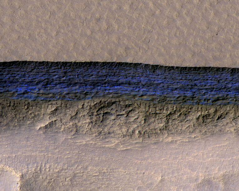 Een van de gevonden ijslagen op de planeet Mars.