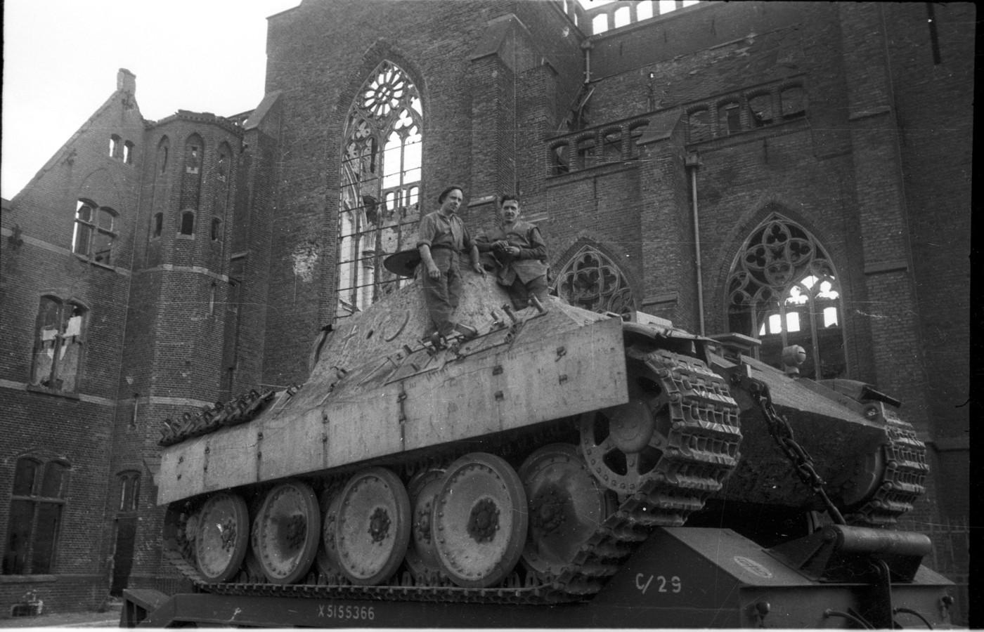 Een Duitse Panther-tank op een oplader voor de Sint Walburgiskerk in Arnhem.