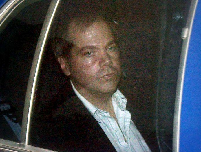 John Hinckley Jr. wordt naar de rechtbank gebracht. Foto uit 2003.