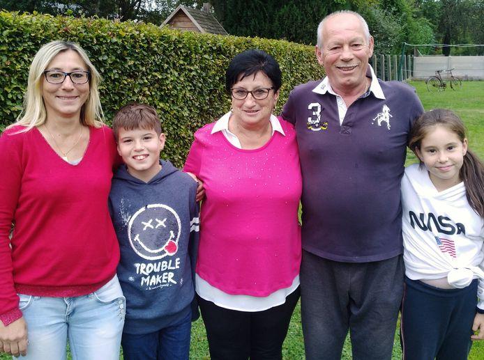 Gilberte Timmermans en Achiel Van Bael met hun dochter Sandra Van Bael en kleinkinderen Jarno en Shari Demeyer.
