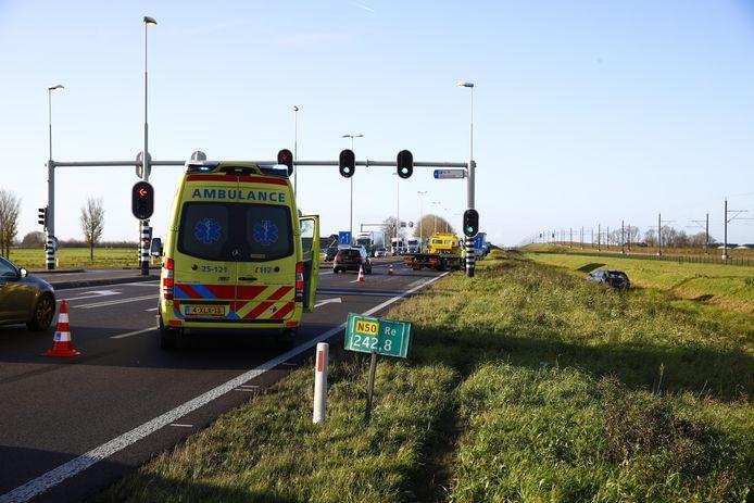 Auto (rechts op de foto) in de sloot op de N50 nadat die in botsing was gekomen met een vrachtwagen.