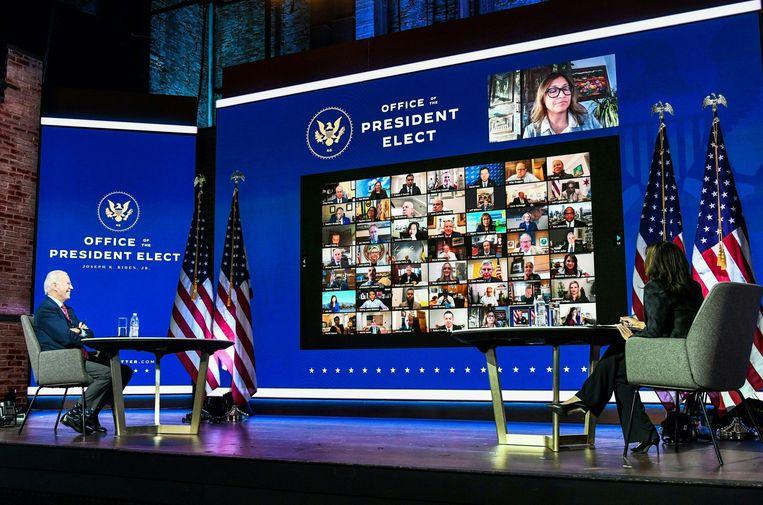 Joe Biden en Kamala Harris spreken via videoverbinding met de burgemeesters van grote steden in de VS, om samen de aanpak van het coronavirus te bespreken.  Beeld AFP