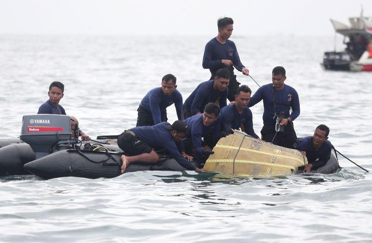 Zoektocht naar wrakstukken op zee. Beeld AP