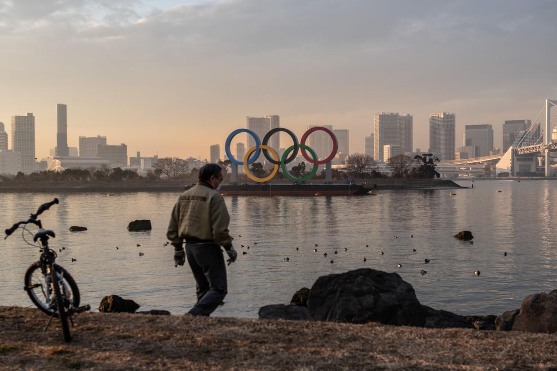 Hoewel de Olympische ringen het stadsbeeld in Tokio al vullen, is het nog allerminst zeker hoe de Spelen er dit jaar uit komen te zien.