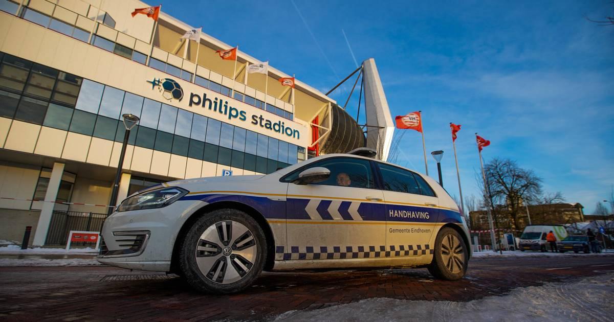 Vallend ijs zorgt wederom voor problemen bij Philips Stadion, handhaver weet maar net te ontsnappen - Eindhovens Dagblad