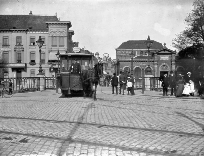 Paardentram op de Catharijnebrug over de Stadsbuitengracht. De foto is gemaakt in 1906.