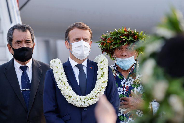 De Franse president werd ontvangen met bloemen in Frans-Polynesië. Beeld AFP