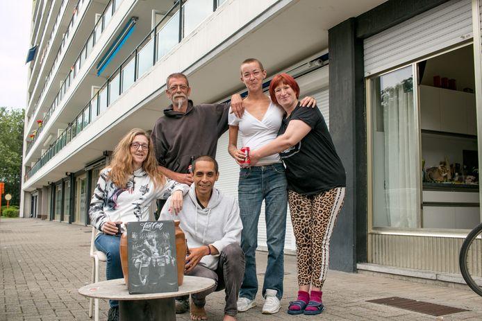 Karin, Paul, Sarah, Sandra en Ivan, bij 'café Paul' aan blok 1.