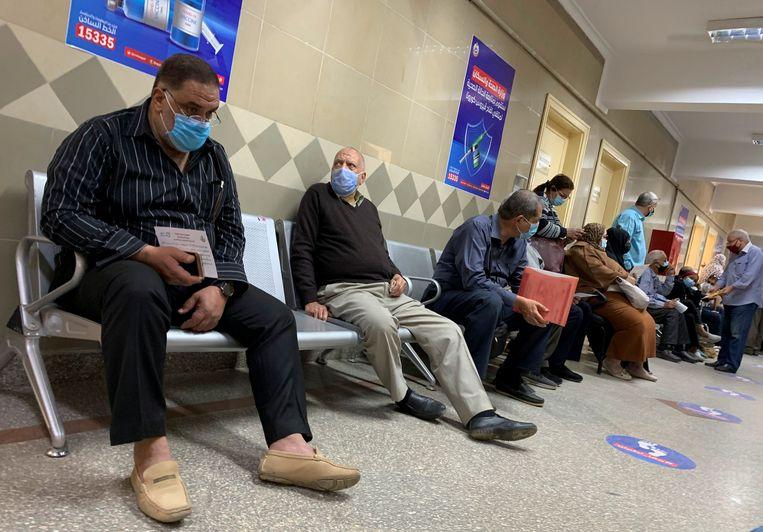 Mensen wachten in de Egyptische hoofdstad Caïro op een coronavaccin. Beeld REUTERS