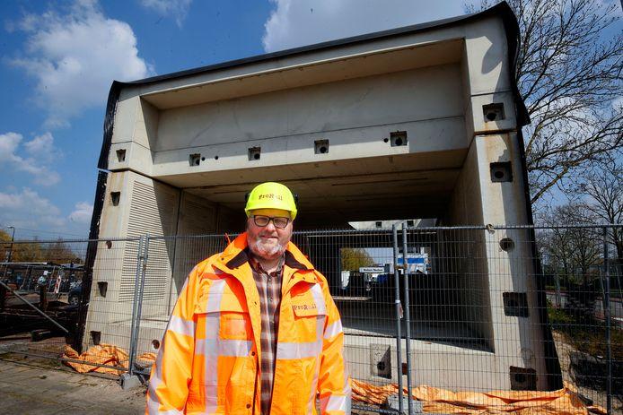 Bouwmanager ProRail Peter van Dijk voor de tunnel die al op het bouwterrein ligt.