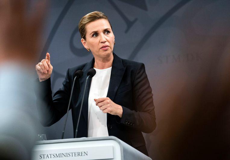 De Deense premier Mette Frederiksen leidt een sociaaldemocratisch minderheidskabinet, met steun van vier andere (centrum-linkse) partijen. Om de steun van de gedoogpartijen te waarborgen heeft ze haar harde antimigratietoon wat afgezwakt. Beeld AP