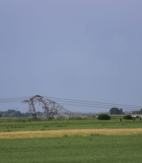 Vier elektriciteitsmasten omgewaaid in Oosterwolde: kabels op woning