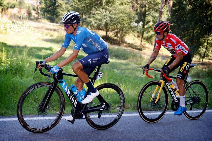 Primoz Roglic in de rode leiderstrui achter Enric Mas.