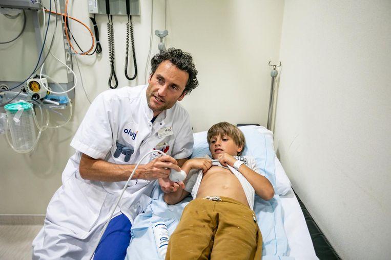 Dokter Michiel Gorzeman maakt een echo om te checken of Jurres ribben goed zijn Beeld Eva Plevier