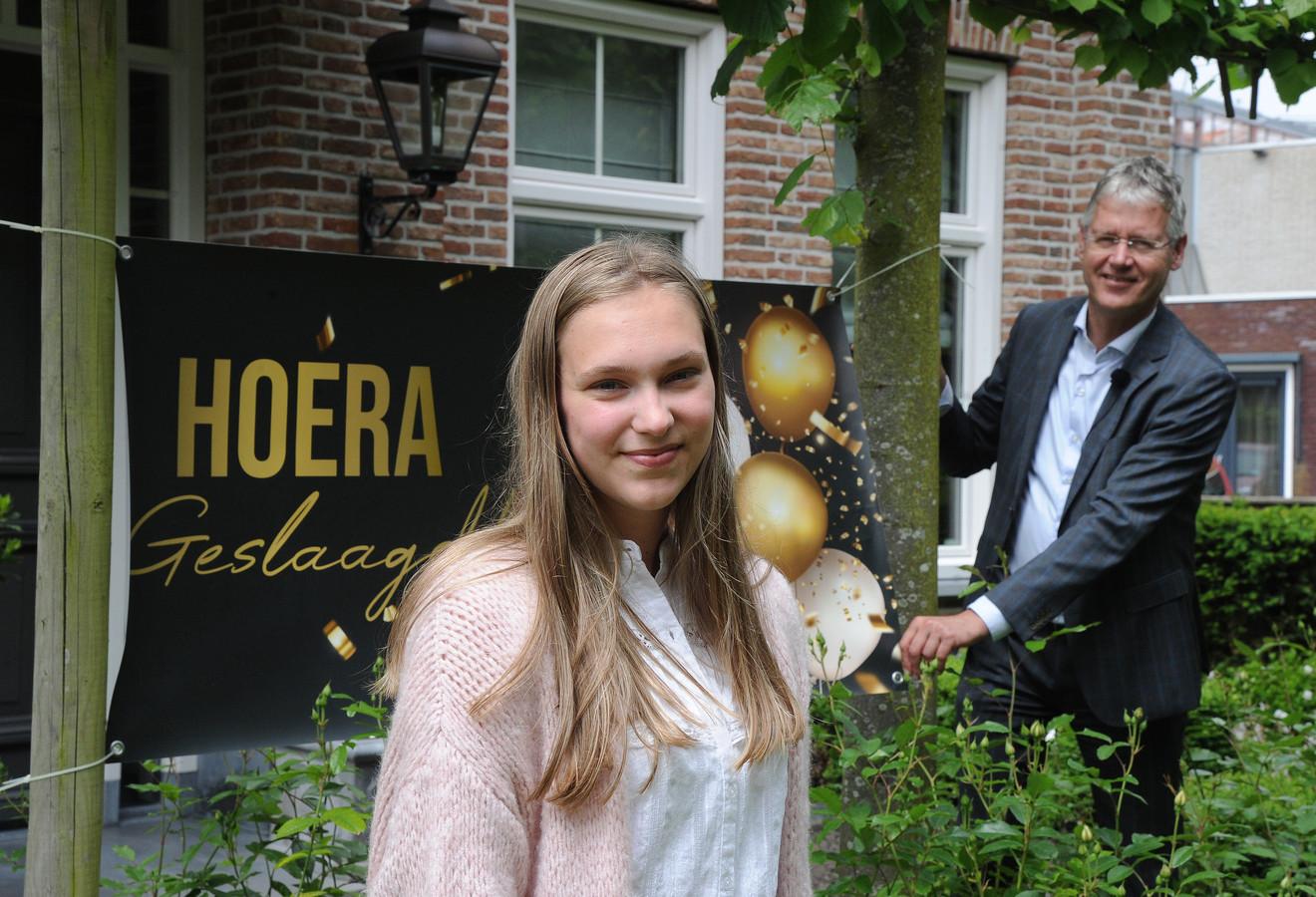 Roos Bimmel uit Domburg kreeg donderdag onverwacht bezoek en hoorde van de minister zelf dat ze geslaagd is.