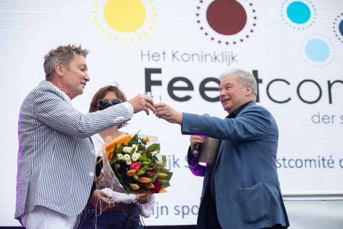 Z(w)ing in Hasselt op Vlaamse Feestdag Presentator Armand Schreurs geeft jenever aan Bart Kaëll