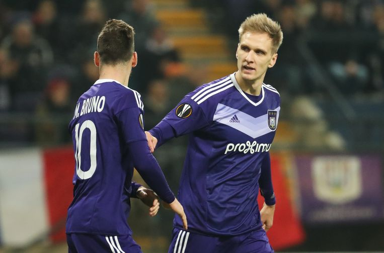 Anderlecht's Massimo Bruno and Anderlecht's Lukasz Teodorczyk pictured during a game between Belgian soccer team RSC Anderlecht and Russian team FC Zenit, first-leg of the 1/16 finals of the Europa League competition, Thursday 16 February 2017, in Brussels. BELGA PHOTO VIRGINIE LEFOUR Beeld null