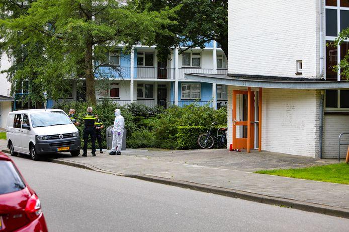In een woning aan de Schimmelpenninckstraat in Apeldoorn is dinsdagochtend een overleden persoon aangetroffen. De politie doet onderzoek.