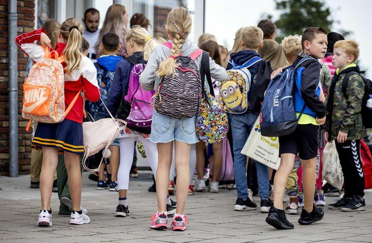 Voor de leerlingen in het noorden van Nederland was het gisteren alweer de eerste schooldag na de vakantie. Beeld ANP