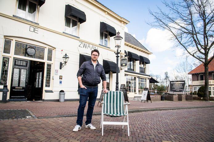 """Eigenaar Alco van Berkel roept klanten van De Zwaan op zelf maar een eigen klapstoel mee te nemen. """"Want op de stoep mag je binnen de geldende regels wel zitten. Snapt u het nog?"""""""