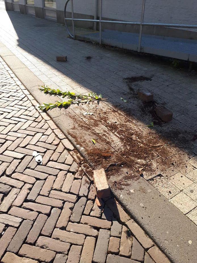 Stenen zijn uit de straat getrokken. Bij het oude postkantoor in Oosterhout.