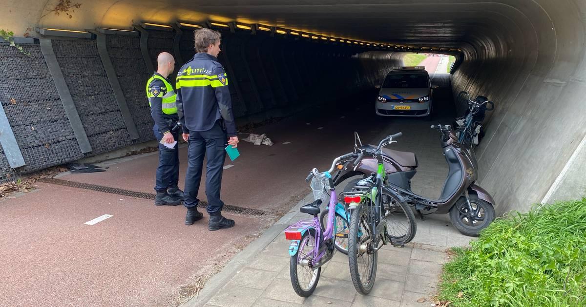 Fietsende moeder komt ten val na aanrijding met snorscooter op Rielerweg in Deventer.
