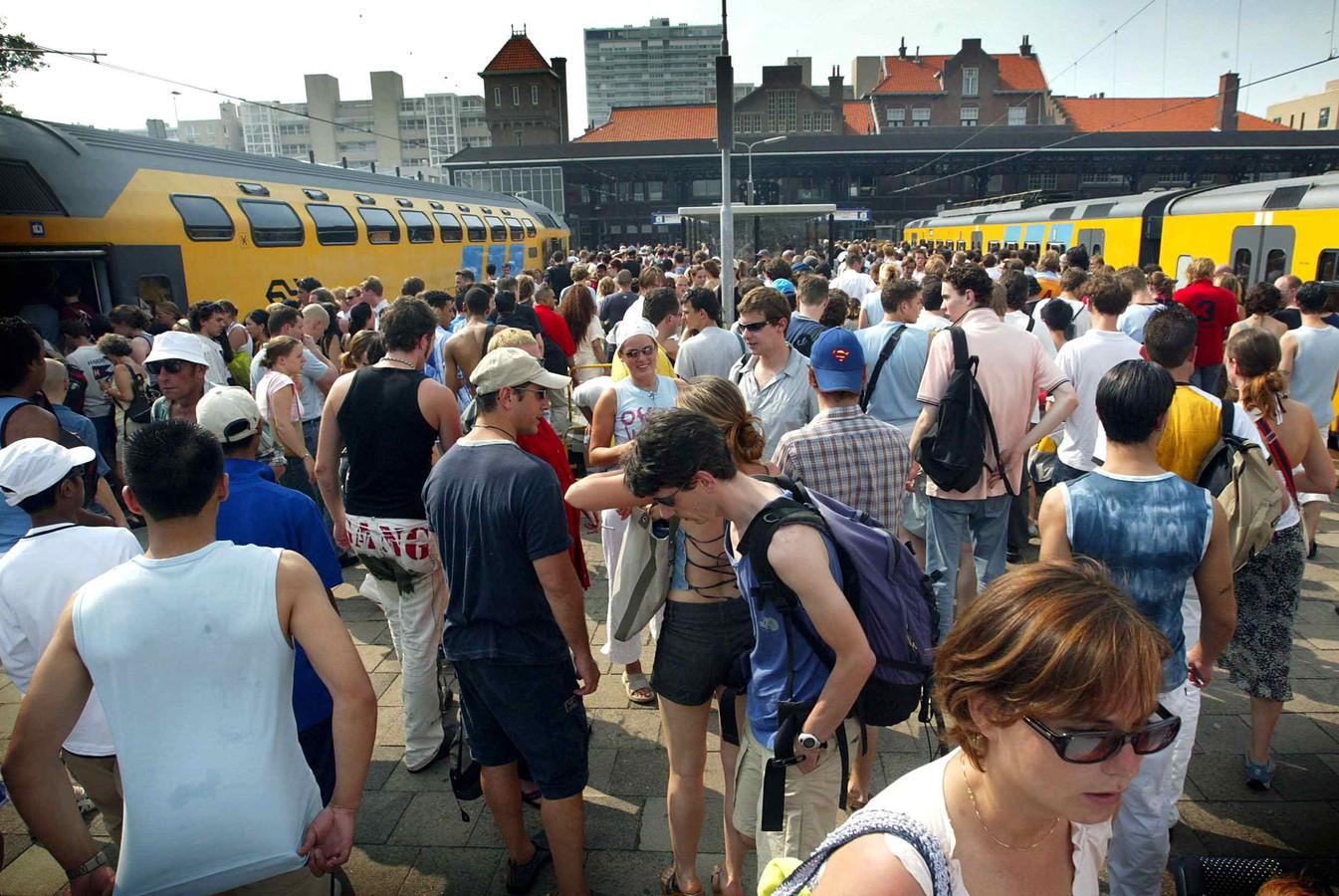 Drukte op station Zandvoort tijdens een zomerse dag.