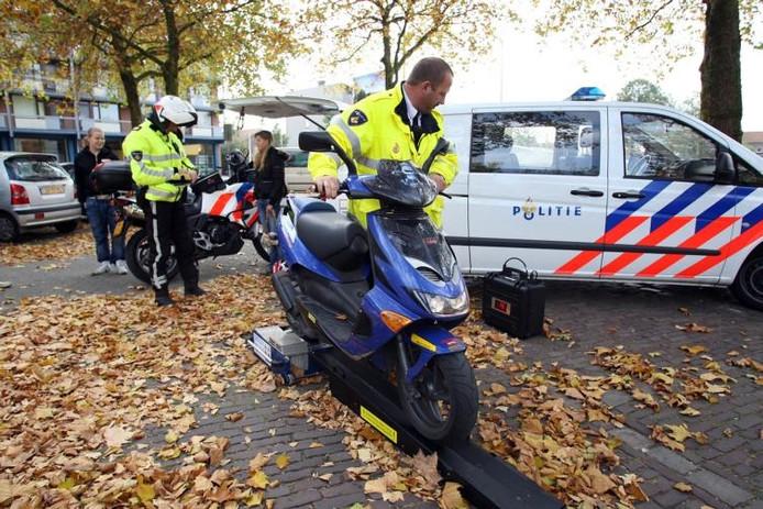 Een politieactie waarbij wordt gecontroleerd op opgevoerde brommers en scooters in Deventer.