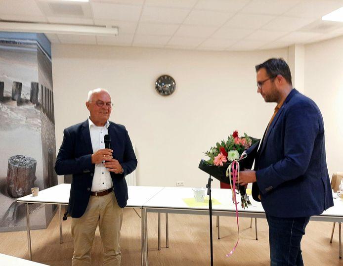 Hans de Kunder (voorzitter CDA Reimerswaal) feliciteert Olaf Buteijn met zijn benoeming tot lijsttrekker.