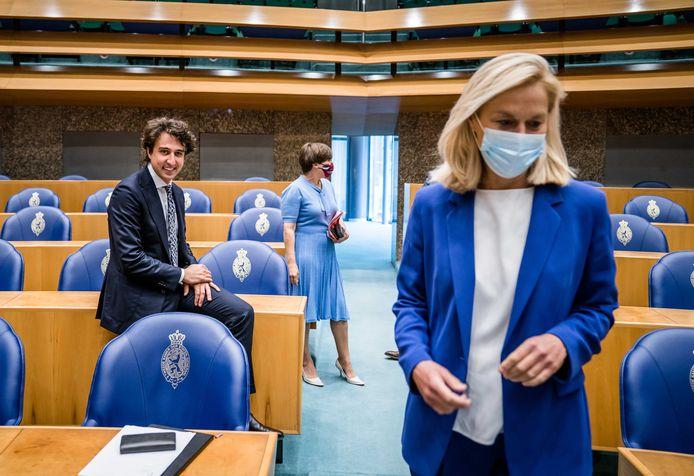 Jesse Klaver (GroenLinks) kijkt Sigrid Kaag (D66) na tijdens het debat in de Tweede Kamer over het eindverslag van informateur Mariëtte Hamer.