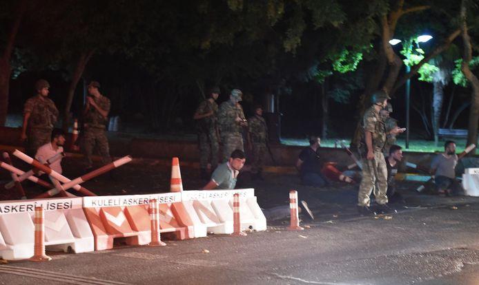 Militairen houden vermoedelijk politieagenten gevangen.