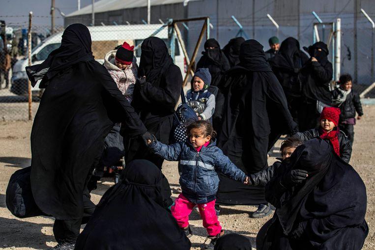 Vrouwen en kinderen in het Syrische gevangenenkamp Al-Hol, dat nu weer in handen is van IS.  Beeld AFP