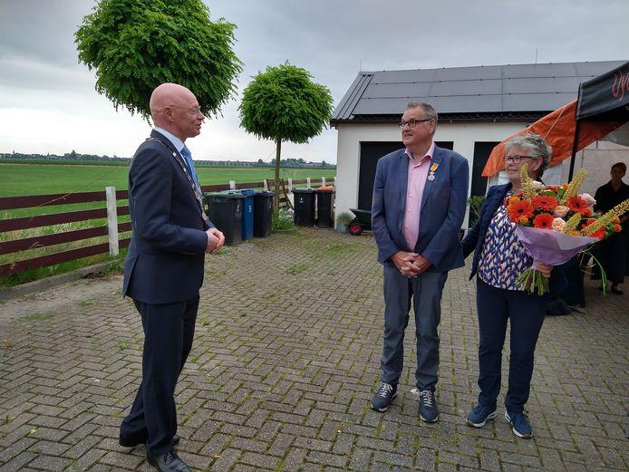 Houtens burgemeester Isabella spreekt de geridderde Frank de Haart en zijn vrouw toe.